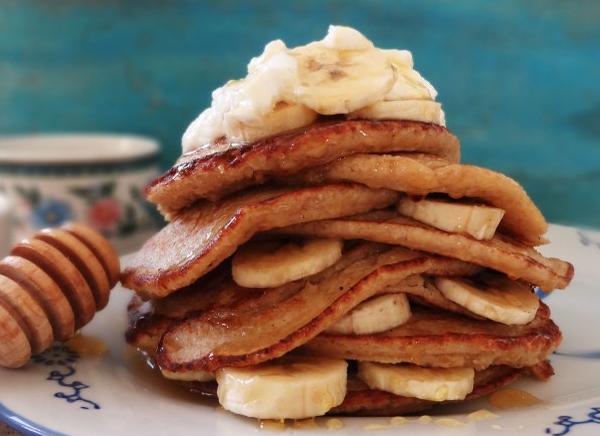 Havermoutpannenkoeken met banaan en honing