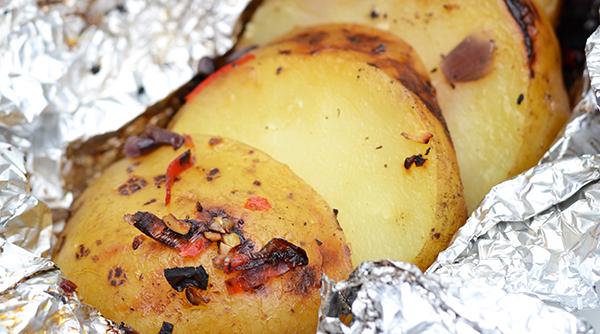 kruidige aardappelen in aluminiumfolie