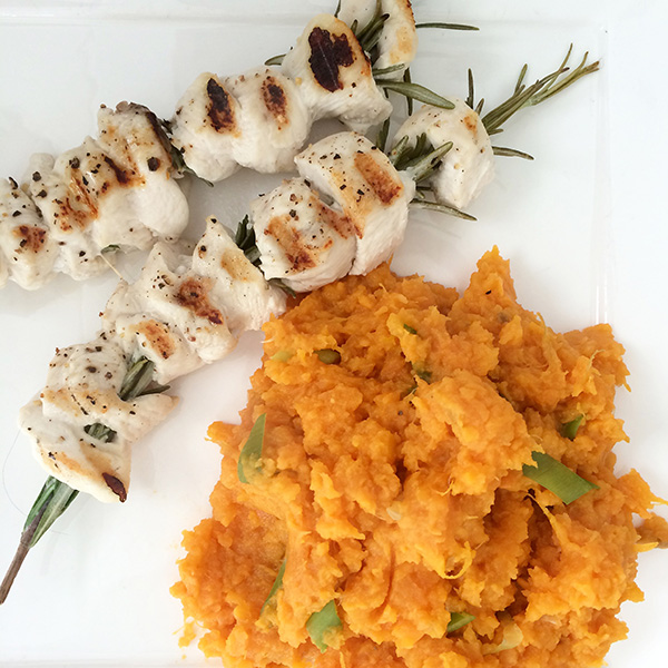 Kip/rozemarijnspiesjes met zoete aardappelpuree