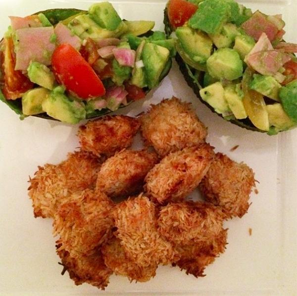 Paleo kipnuggets met gevulde avocado's