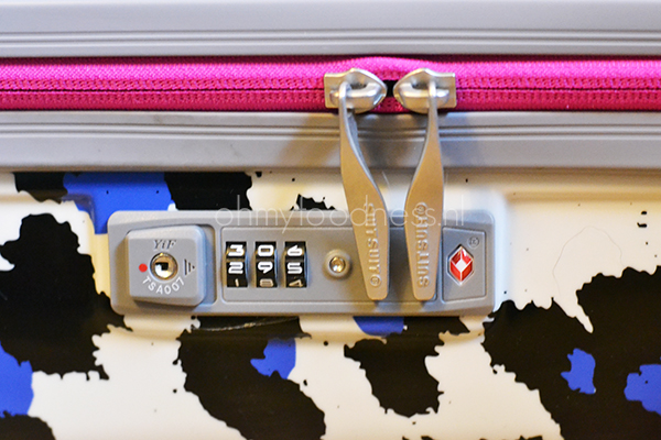 reiskoffer kind liggen.vliegtuig