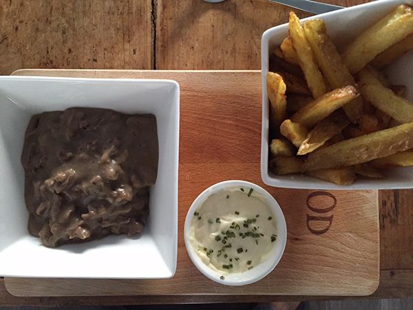 Huisgemaakte friet met ragout