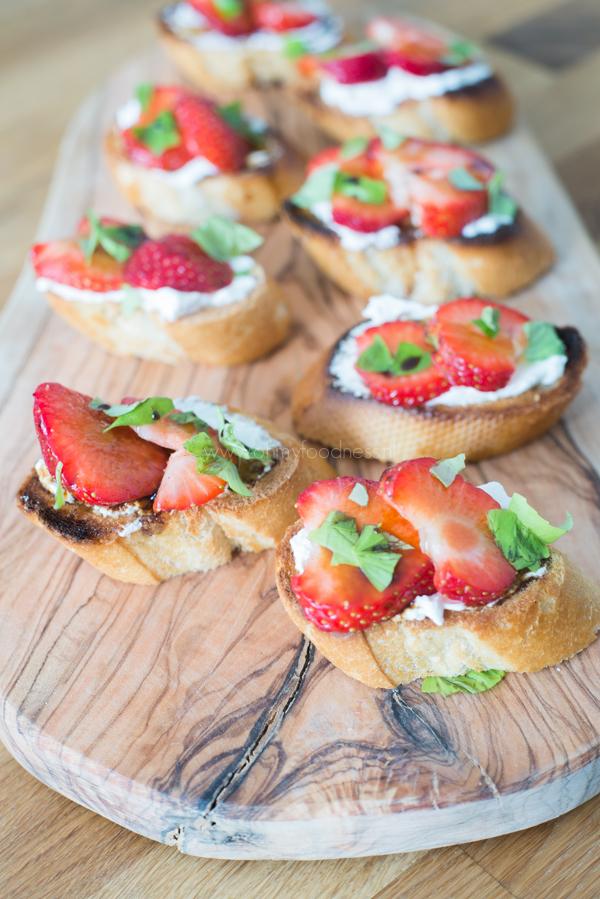 Bruschetta's met aardbeien en geitenkaas