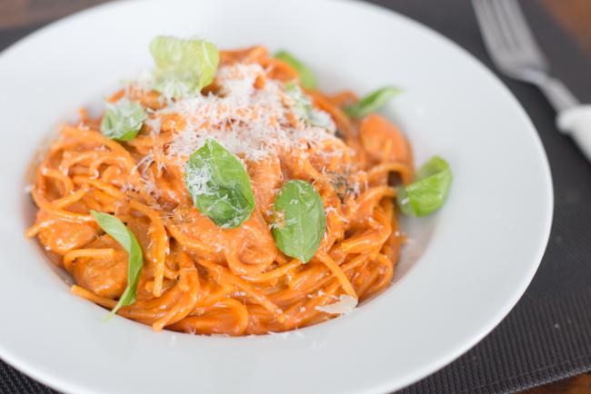 Spaghetti met tomatenroomsaus en worstjes