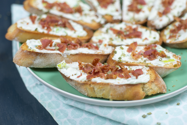 Crostini met frisse roomkaas en bacon