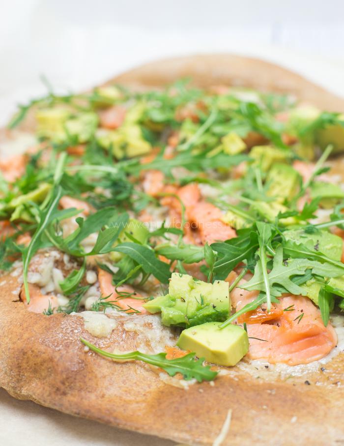 volkorenpizza met gerookte zalm en avocado