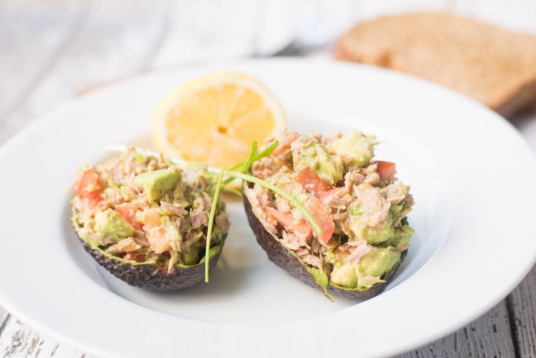 Met tonijnsalade gevulde avocado