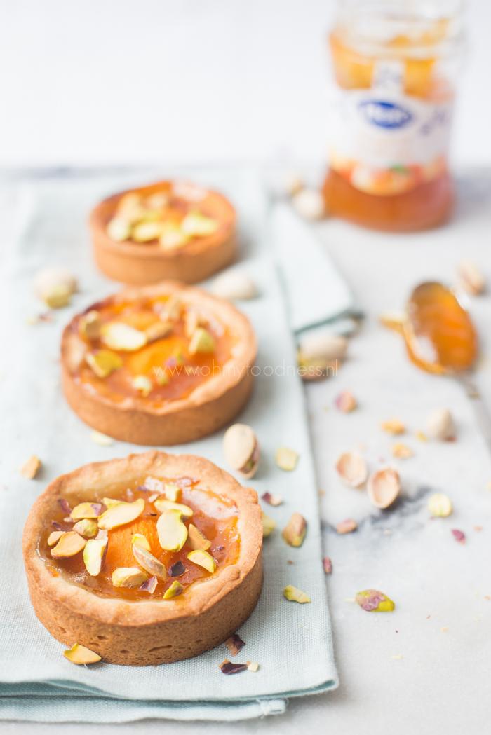 Abrikozentaartjes met jam en pistache