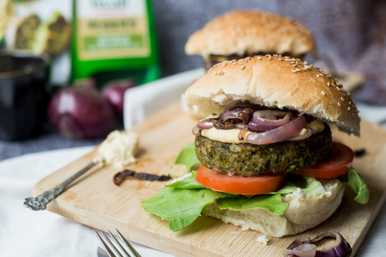 Groenteburger met hummus en rode ui
