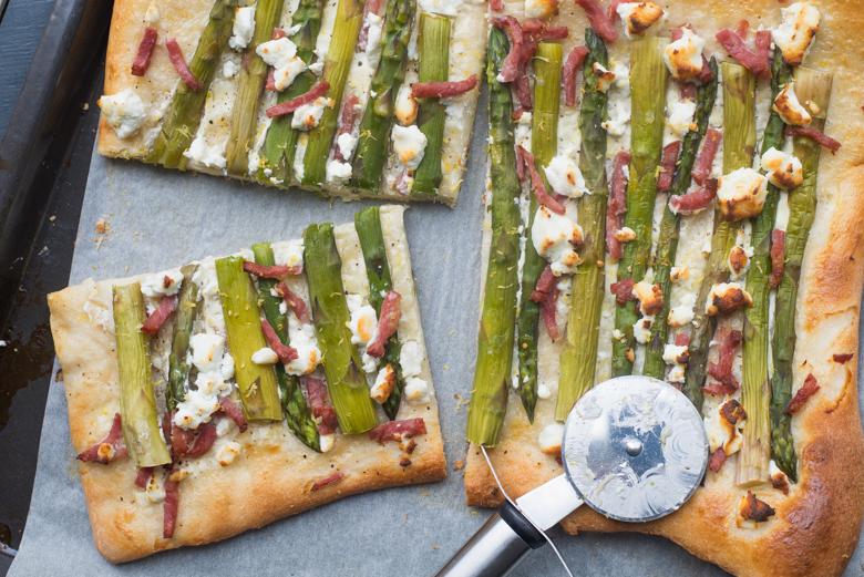 Plaattaart met groene asperges, geitenkaas & bacon