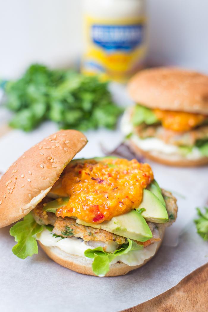 Garnalenburger met avocado en mangosalsa