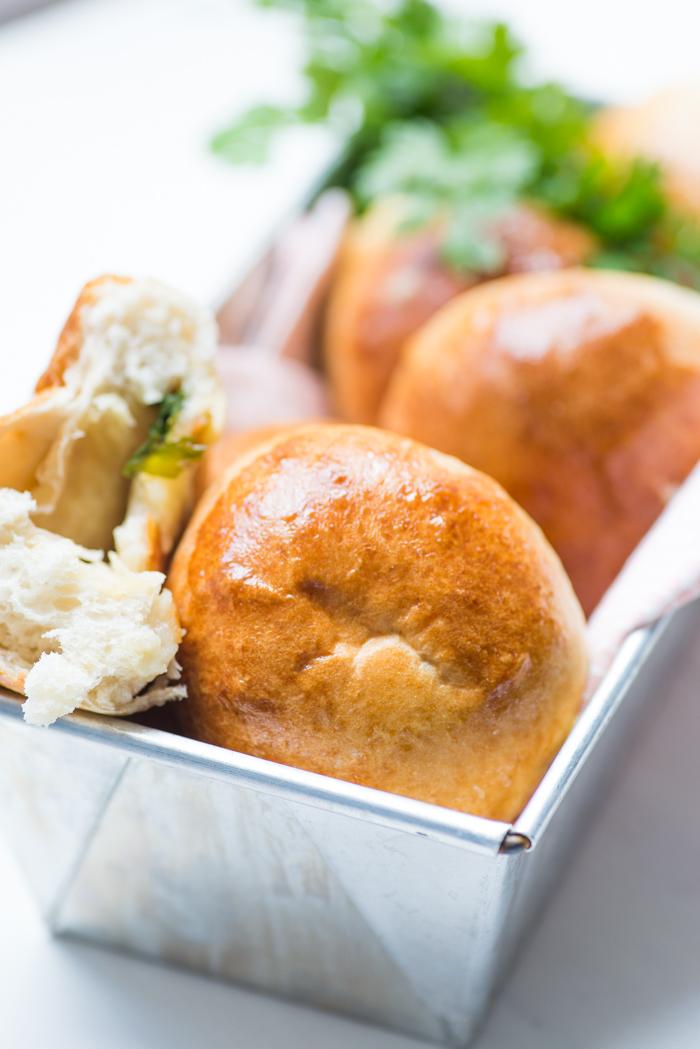Gevulde knoflook-kaasbroodjes