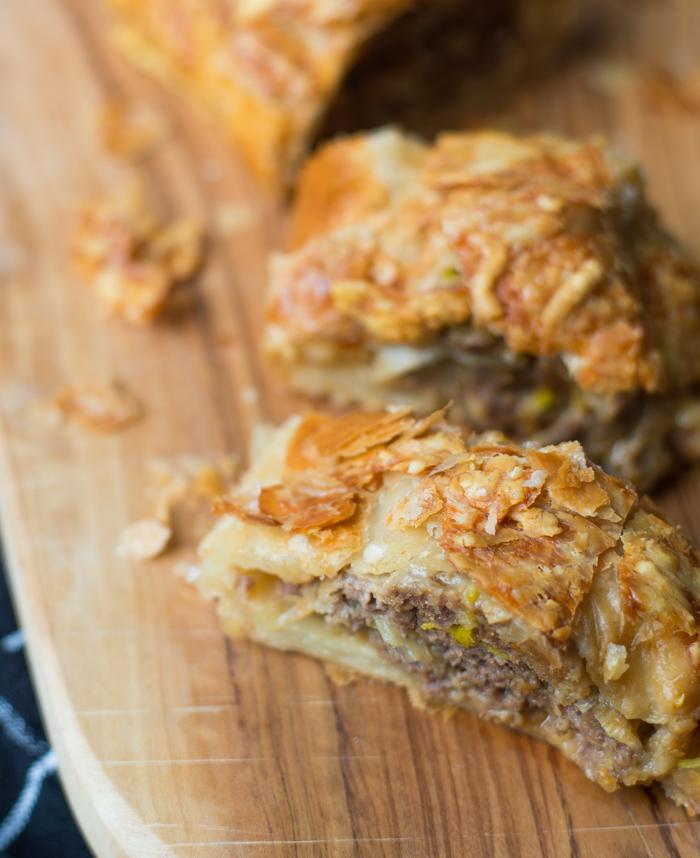 Hartige banketstaaf met gehakt en kaas
