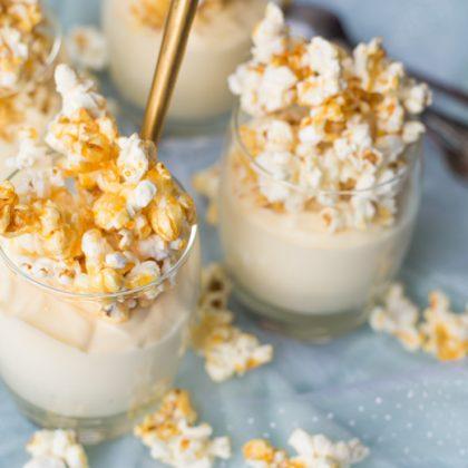Witte chocolademousse met karamelpopcorn