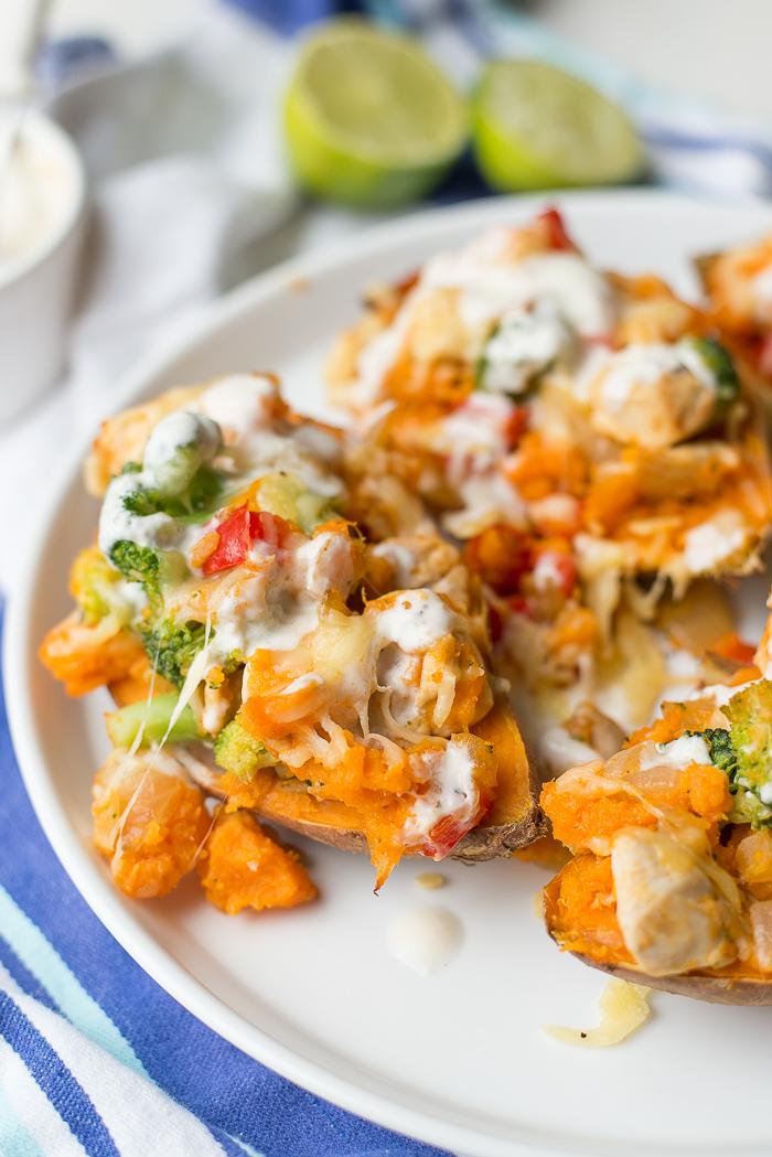 Gevulde zoete aardappels met kip en yoghurt-limoensaus