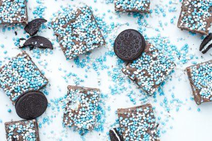 Chocoladefudge met Oreo en blauwe muisjes