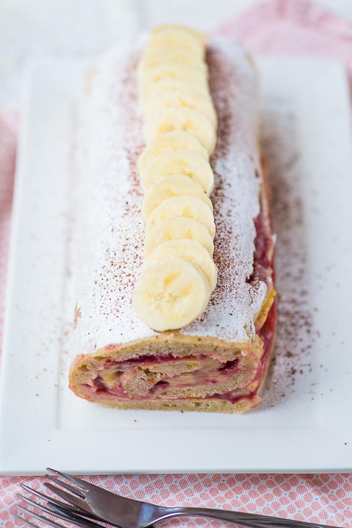 Bananabread cakerol met vanilleroom en jam
