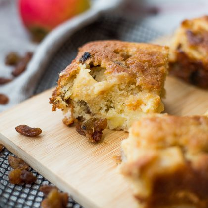 Appelcake met rozijnen en karamel