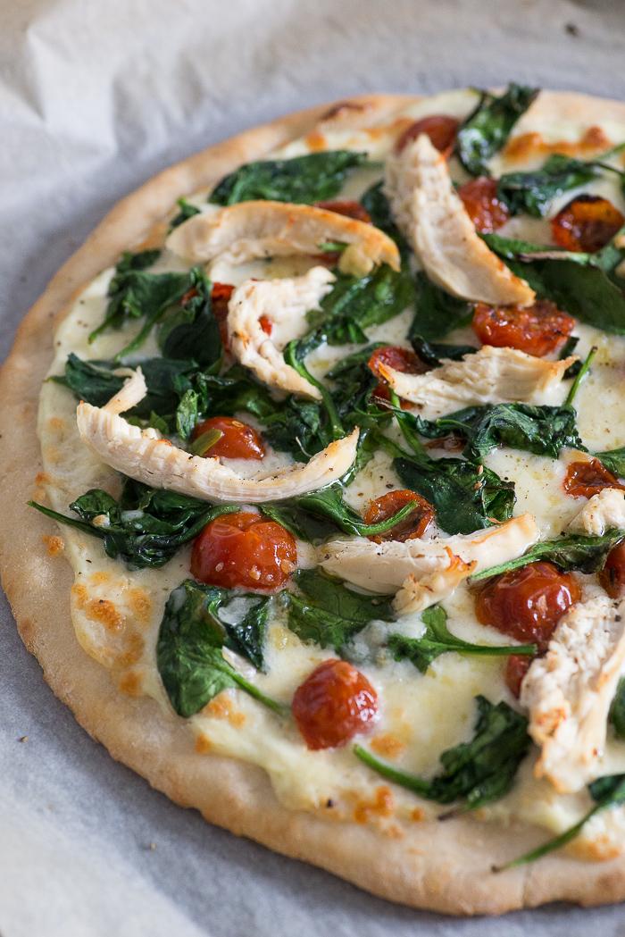 Witte pizza met kip en spinazie