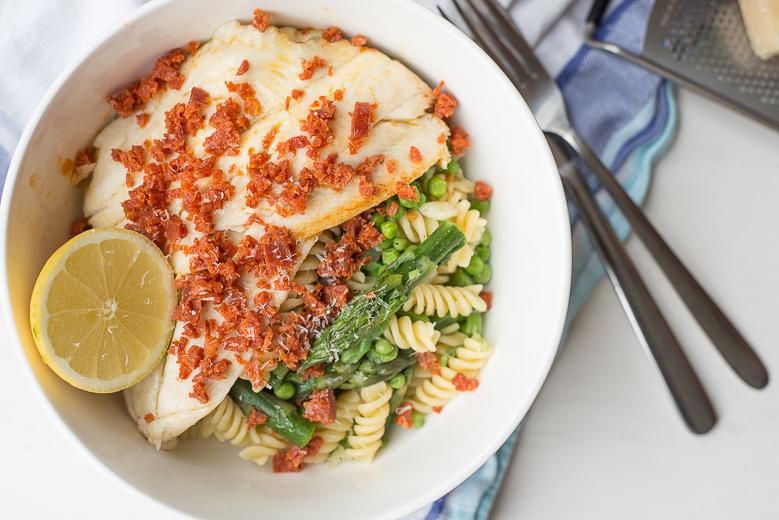 Pasta met groene groenten, schol en chorizokruim