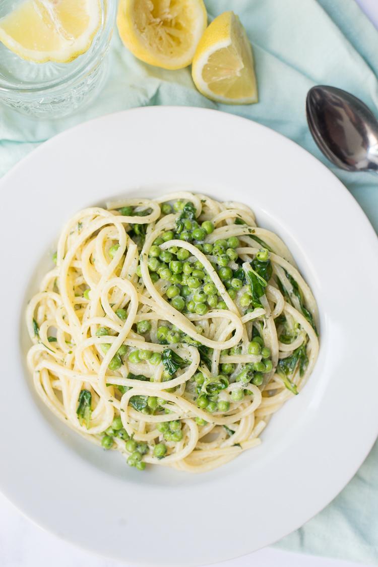 Romige spaghetti met erwtjes en veldsla