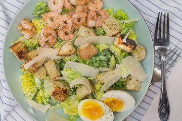 Lichte Caesar Salad met garnalen