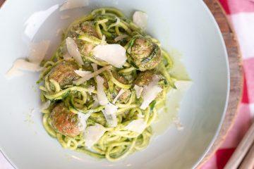 Courghetti met avocadopesto en kipgehaktballetjes