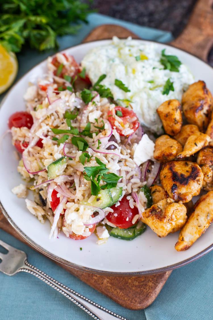 Griekse rijstsalade met kipgyros en tzatziki