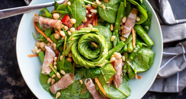 Groene aspergesalade met kikkererwten en spinazie