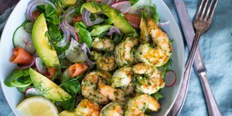 Gambaspiezen van de bbq met pesto en salade