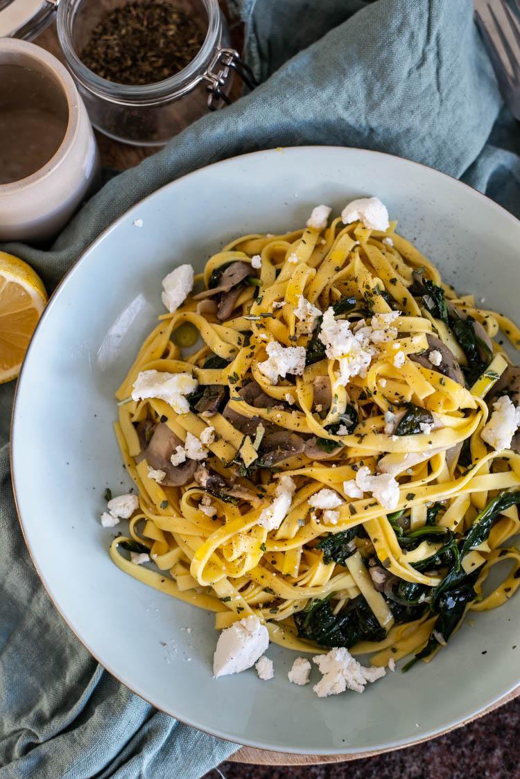 Budget pasta met spinazie, champignons en geitenkaas
