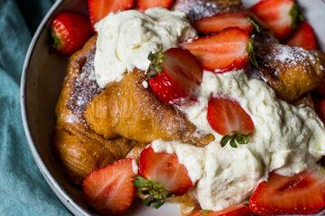 Wentelteefjes van croissants met vanilleroom en verse aardbeien