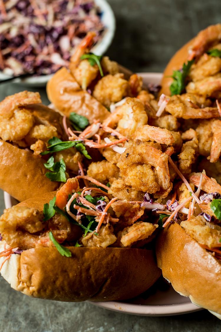 Popcorn shrimp sandwiches met sriracha-coleslaw