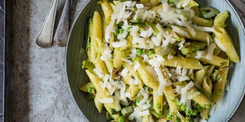 Pasta met doperwtenpesto, lente-ui en pecorino