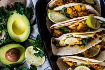 Soft taco's met halloumi, guacamole en gegrilde mais
