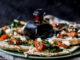 Flatbread met zongedroogde tomaat, spinazie en kastanjechampignons