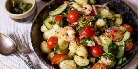 Gnocchisalade met pesto en garnalen