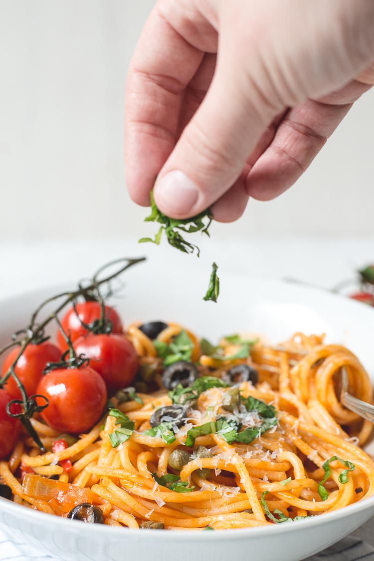 Pasta puttanesca met geroosterde cherrytomaatjes