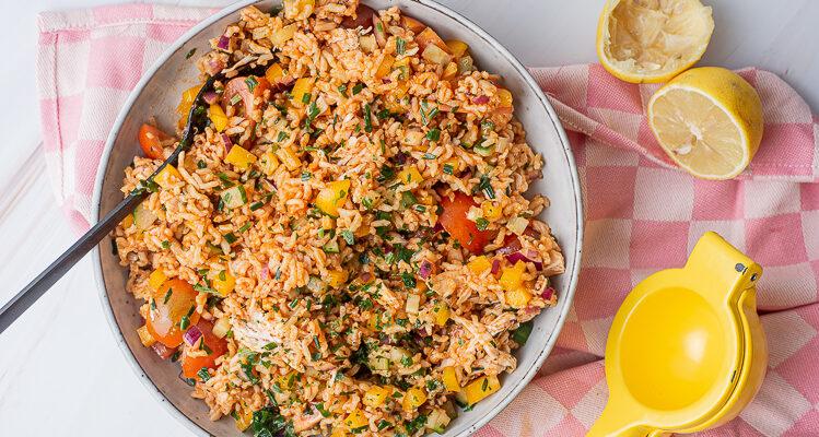 Koude rijstsalade met kip en restjes groenten