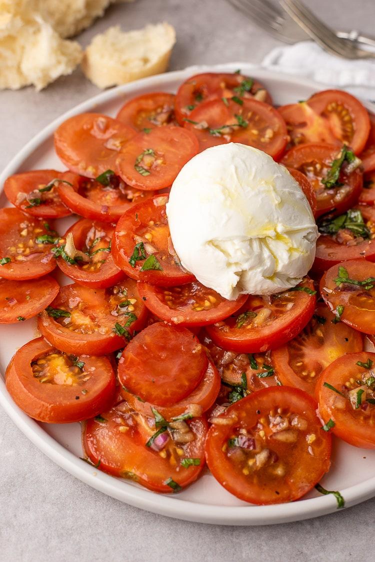 Gemarineerde tomatensalade met buffelmozzarella